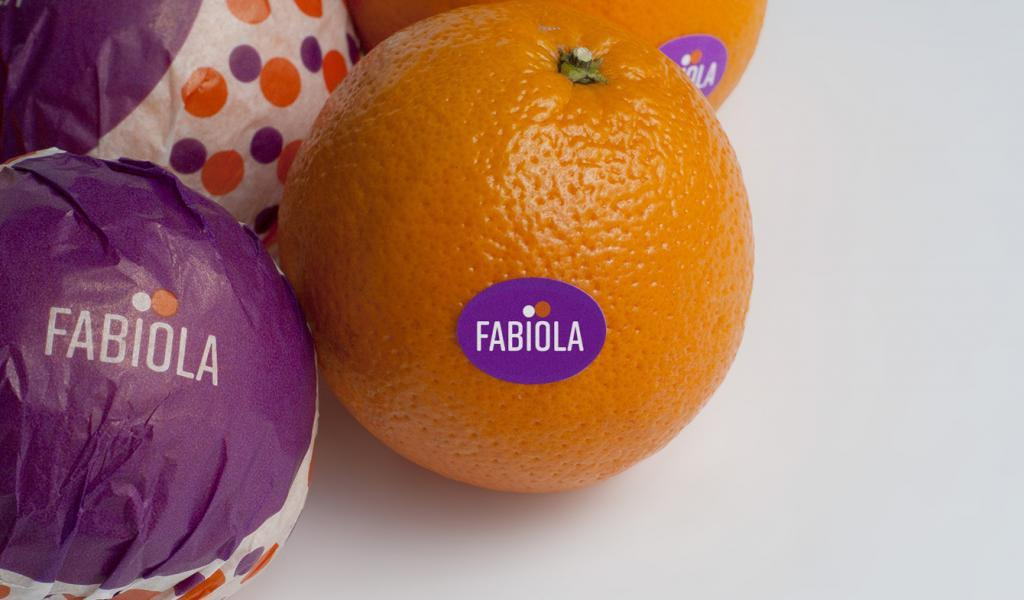 Marca Fabiola aplicada sobre papel y etiqueta.