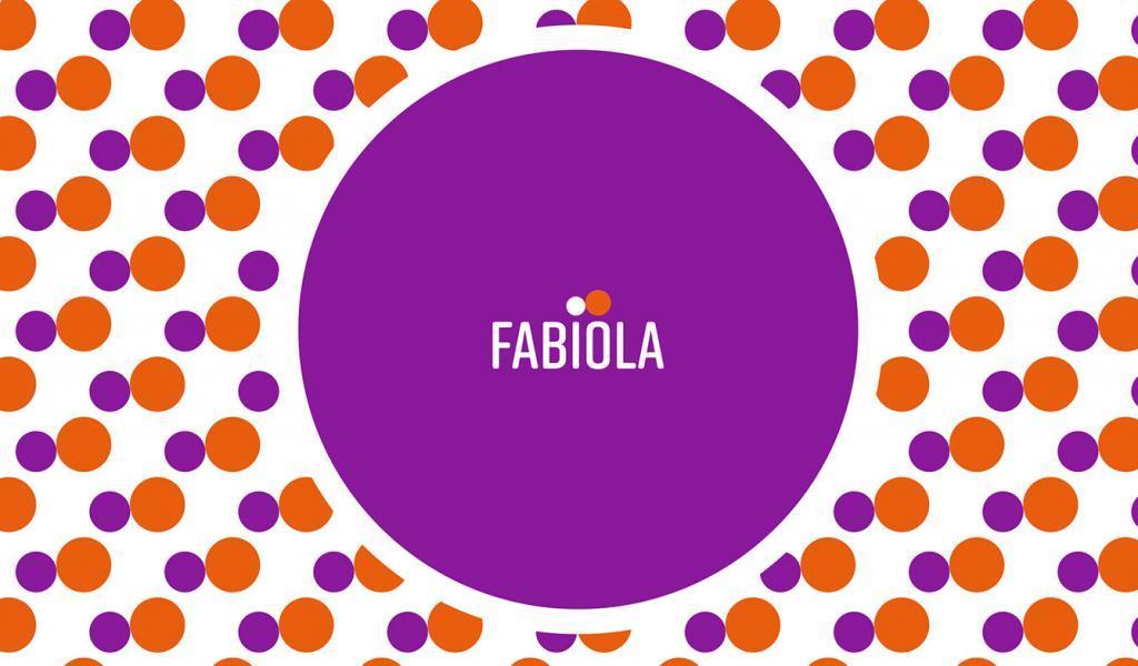 Aplicación de la marca Fabiola sobre papel para envolver naranjas.